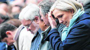 Alto en la campaña. Le Pen homenajea al policía asesinado por un yihadista en los Campos Elíseos de París.