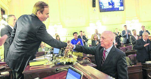 Reconocimiento. Di Pollina saluda a Bonfatti luego de que recibiera el rotundo respaldo de sus pares.