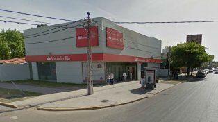 Uno de los clientes de la sucursal del banco Santander fue víctima de una salidera hoy al mediodía.