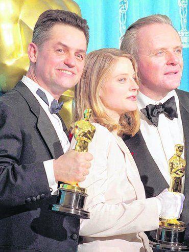 Éxito. Demme, junto a Jodie Foster y Anthony Hopkins, con sus premios Oscar por El silencio de los inocentes.