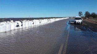 Defensa. A lo largo de la ruta 90, 14 camiones descargaron bolsas de arena para impedir que la llegada de las aguas afecte a las localidades.