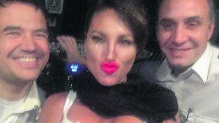 Selfie. Vicky posó en la cabina del avión de Austral junto a los pilotos.