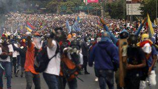 Multitud. La manifestación de ayer en Caracas, poco antes de que comenzara la represión con gases y perdigones.