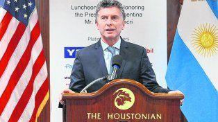 Dos banderas. Macri habló ante más de 200 empresarios petroleros en un hotel de Houston.