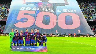 El trapo. Los hinchas desplegaron una enorme bandera en honor a Leo mientras el equipo posaba para la foto antes del partido.