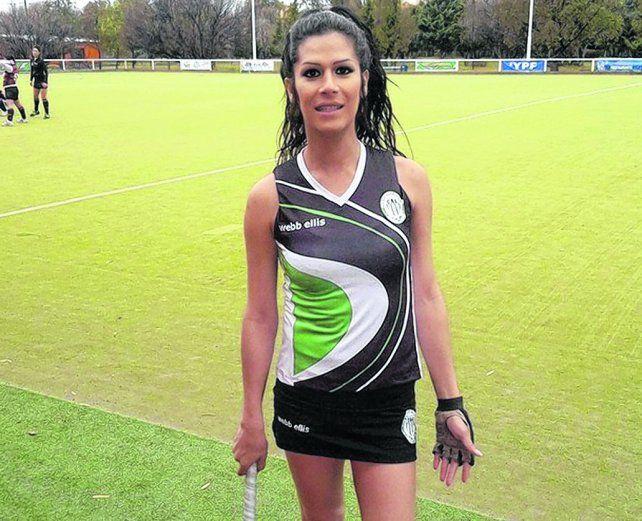 A la cancha. La trans Jessica Millamán tras su denuncia logró que la dejaran jugar hóckey femenino en Chubut.