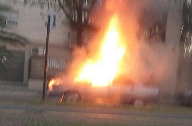 Los instantes en los que el vehículo quedó envuelto en llamas en Oroño y 27 de Febrero.