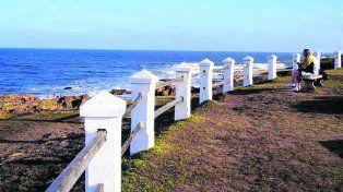 Sola junto a las olas. La Pedrera es el gran balcón al mar del departamento Rocha.