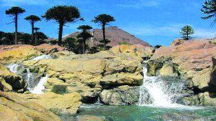 Belleza natural. La villa termal neuquina se encuentra en un paisaje idílico de cordillera y fumarolas al pie del volcán Copahue.