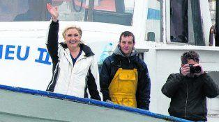 A la mar. Le Pen se embarcó en un pesquero en el Mediterráneo.