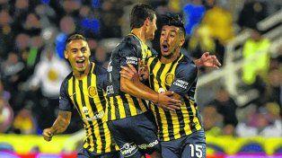 Eufóricos. Camacho, Lovera y Bordagaray celebran el gol del uruguayo ante Gimnasia.