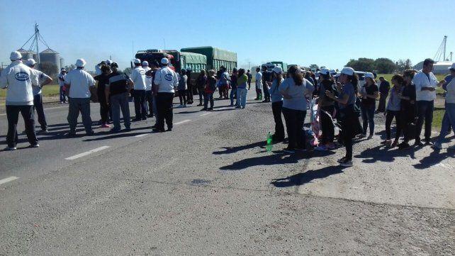 Los empleados de la empresa SanCor se manifiestan en las rutas en reclamo de una solución.