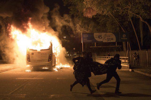 Incendiaron cinco autobuses en Río de Janeiro durante la jornada de huelga contra Temer