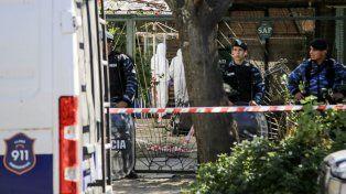 La vivienda. Personal policial trabaja en la casa de José León Suárez donde fue hallado el cuerpo.
