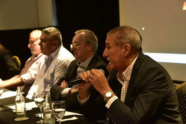Junto a Tapia. Giammaría habla durante el encuentro con el ahora presidente de la AFA. A su lado