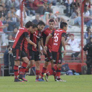 Formica, Maxi Rodríguez, Mansilla y Figueroa celebran con Nacho Scocco, el autor del tanto de la victoria leprosa.
