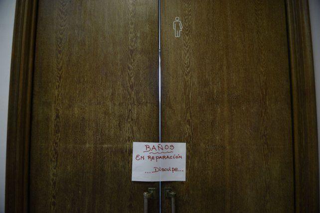 No se pudo utilizar. Ayer colocaron un cartel sobre la puerta de ingreso al polémico baño.
