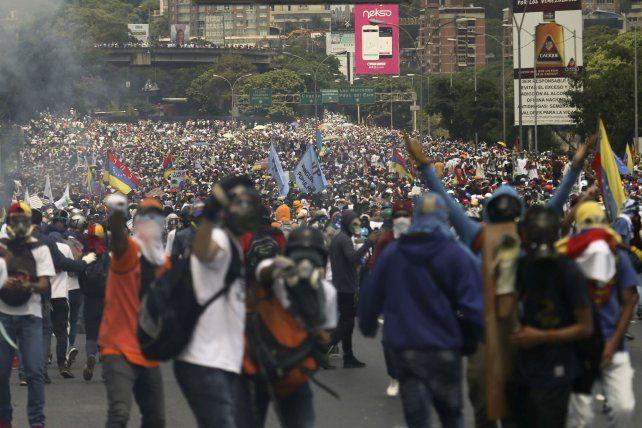 Malestar. Una de las multitudinarias marchas de la oposición venezolana en reclamo de elecciones.