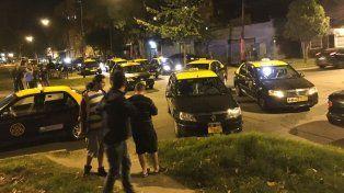 Los taxistas se reunieron en la zona del crimen para discutir la medida de fuerza.