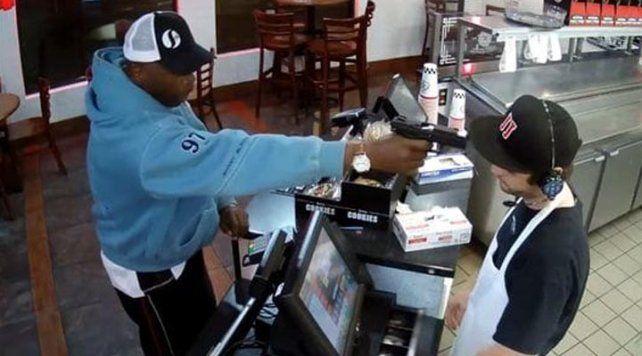 La increíble reacción de un joven asaltado cuando el ladrón le apunta a la cabeza