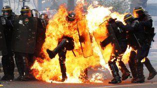 Al menos dos policías sufrieron quemaduras durante una marcha por el Día de los Trabajadores en París.