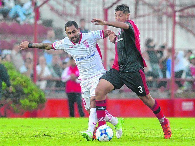 Rendidor. Moiraghi se anticipa al Rolfi Montenegro y se la lleva. El marcador central es uno de los puntos altos del equipo.