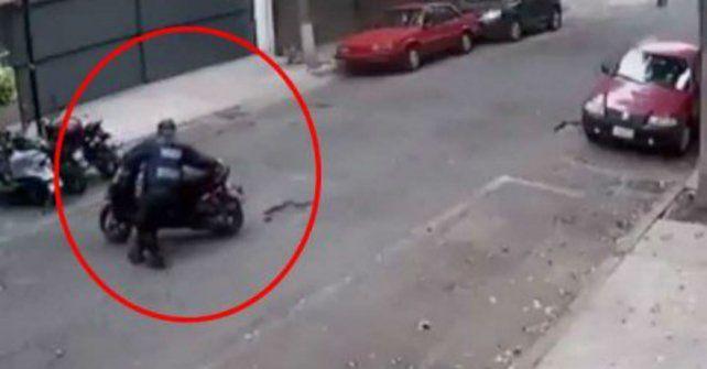 Un policía movió una moto para dejarla en infracción.