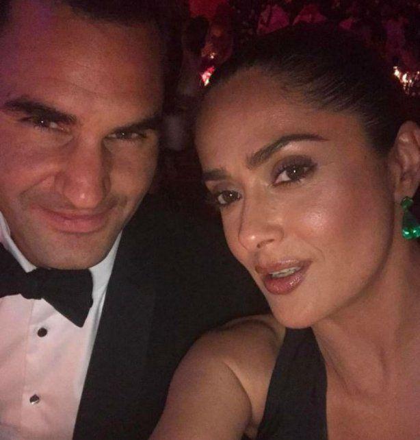 Me hizo reír toda la noche, confesó Salma Hayek que publicó una selfie sexy con Roger Federer