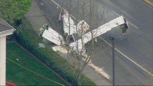 Una avioneta se estrelló en el medio de una avenida y se prendió fuego