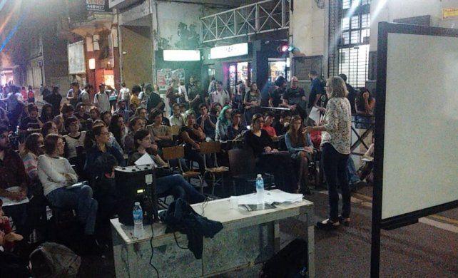 En la Facultad de Humanidades los alumnos también realizaron una clase pública en la calle. (Fotos: gentileza de Francisco Morello)