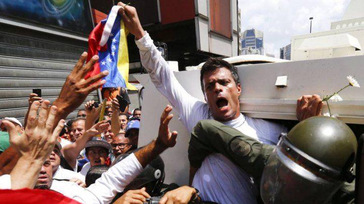 Leopoldo López habría sido trasladado a un hospital militar en muy grave estado.