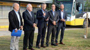 En campaña. El presidente vino a Santa Fe a poner en marcha una obra calcada del Metrobus porteño.
