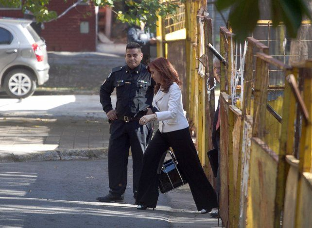 Puerta lateral. Cristina sale de Tribunales luego de declarar.