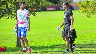Referentes. El capitán Maxi Rodríguez y Nacho Scocco son quienes representan al plantel rojinegro ante la dirigencia.