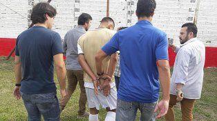 La imagen del arresto en el campo de juego.