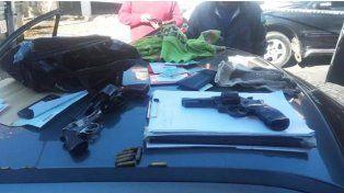 Detienen a tres hombres con una granada y armas en la puerta de una escuela