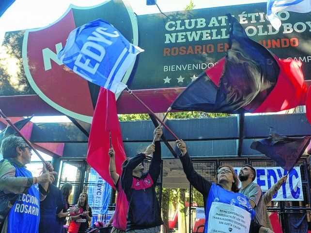En el club. Los empleados rojinegros junto a los de Utedyc se manifestaron en las puertas del Coloso en horas del mediodía. Reclamaron la reincorporación de los cesanteados.