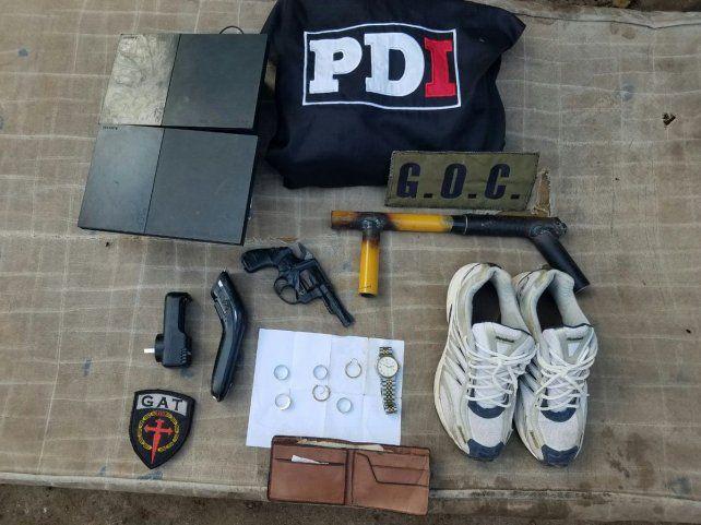 En la vivienda allanada se secuestraron un arma y varios elementos relacionados con la causa.