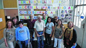 Voluntarios, usuarios y personal de la Biblioteca Argentina que se encuentran en un espacio que abre oportunidades. Muchos jóvenes reciben el apoyo de este servicio para poder estudiar.