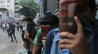 Choques. Antichavistas cubren sus rostros con máscaras antigás.