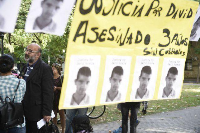 Reclamo. Familiares y amigos de David Moreira se manifestaron ayer frente a la Fiscalía de Homicidios.