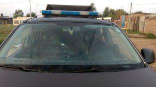 Daños. Un móvil policial fue roto a piedrazos y botellazos cuando se acercó a manifestantes.