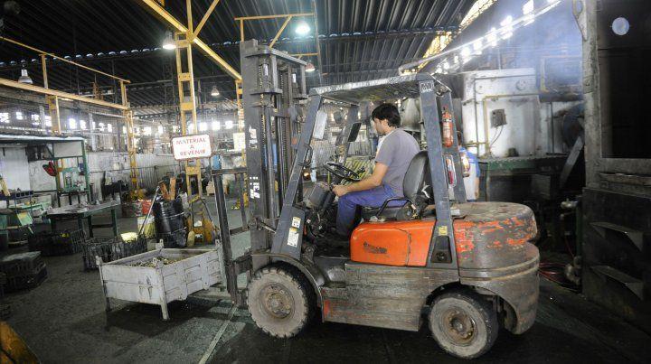 Recesión. La producción industrial lleva más de un año de desplome.