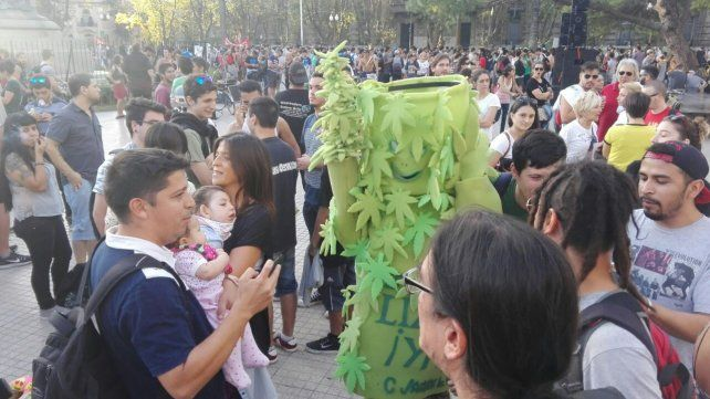 Una gran cantidad de rosarinos se sumaron a la marcha en el marco del Día Mundial de la Marihuana.