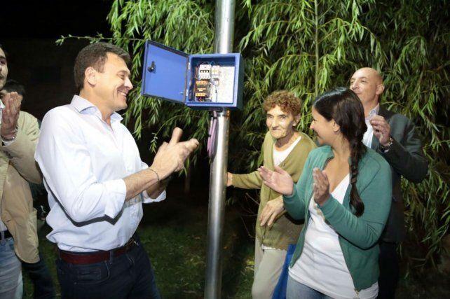 Un click. El intendente Raimundo encendió las luces del barrio.