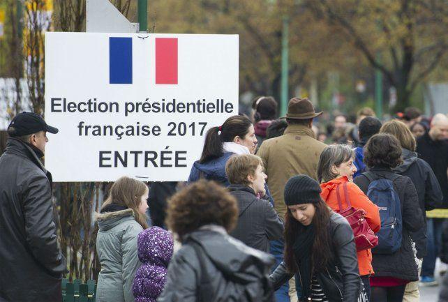 Civismo. Un grupo de ciudadanos franceses aguarda para sufragar en un centro de votación en Montreal.