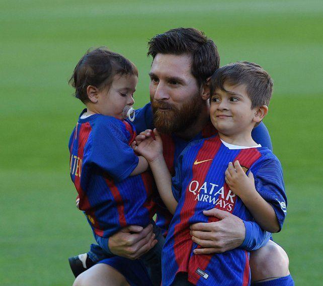 Herederos. Messi posa en el Camp Nou con sus hijos Mateo y Thiago