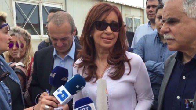 Cristina comenzó su gira por Europa y visitó un campo de refugiados en Grecia