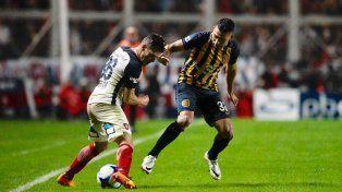 Salazar trata de contener un ataque del juvenil Merlini.