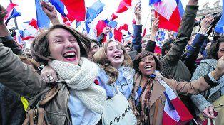 Alegría. Los parisinos votaron masivamente por Macron y lo festejaron frente al Louvre.